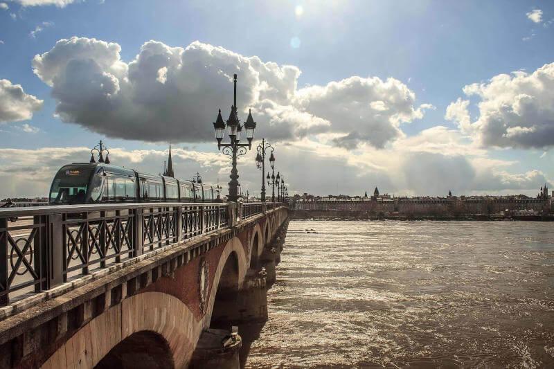 Immagine del ponte sulla Garonna a Bordeaux
