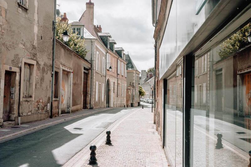 Immagine di una via in un paese francese