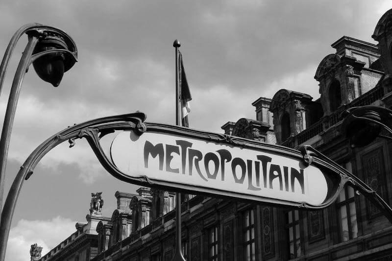 Immagine dell'insegna della Metropolitana a Parigi