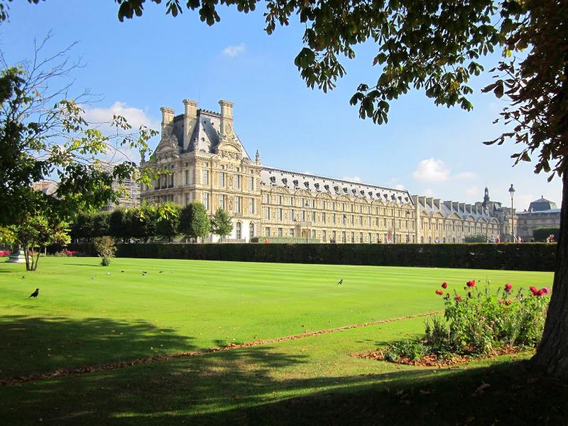 Il palazzo e il parco del Louvre a Parigi