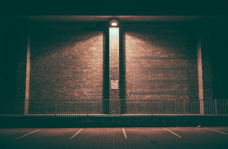 Immagine di un muro di mattoni con neon