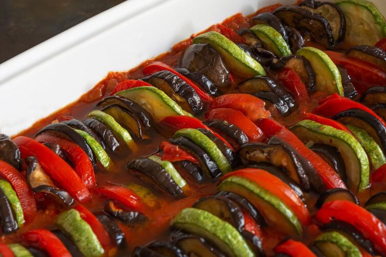 Immagine di un piatto di verdure e di ratatouille